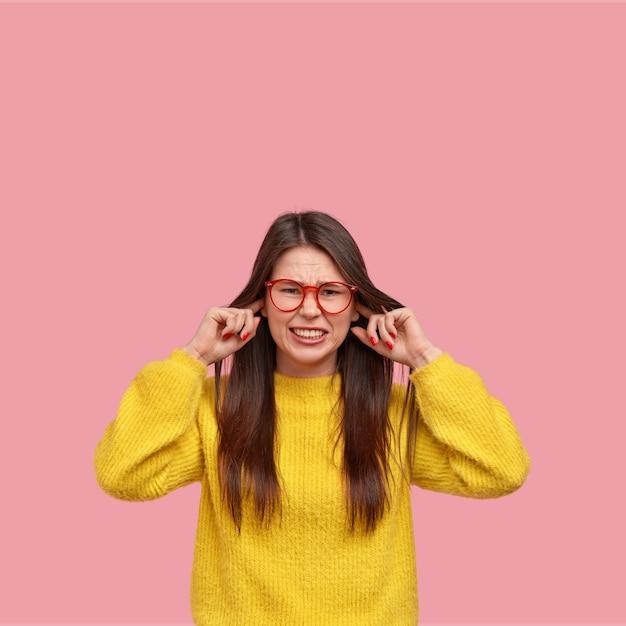 Junge brünette frau im gelben pullover