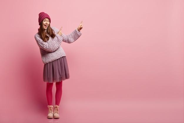 Junge brünette frau in der winterkleidung