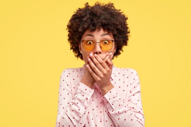 Junge brünette frau mit lockigem haar und trendigen brillen