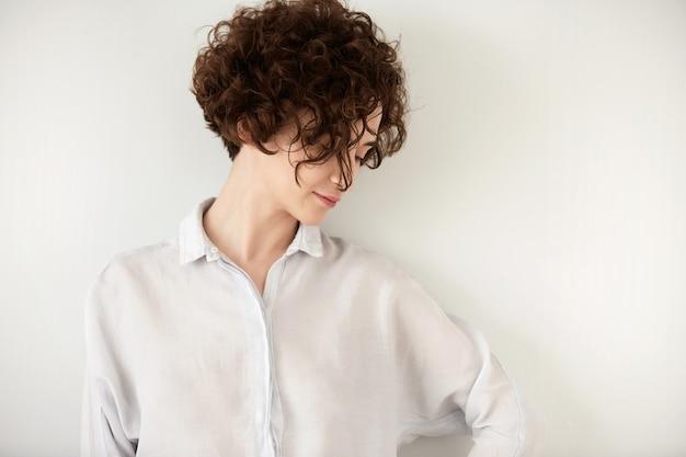 Junge brünette frau mit lockigem haar