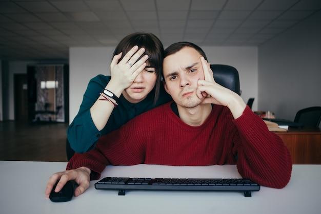 Junge büroangestellte machten einen fehler und waren daher sehr enttäuscht. emotional schöne junge leute am arbeitsplatz.