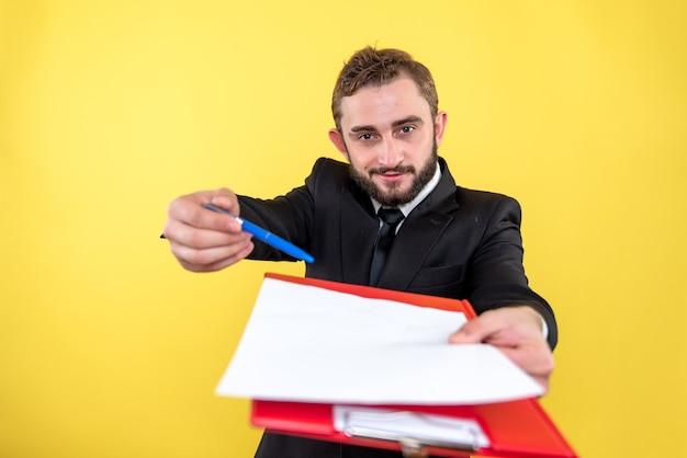 Junge büroassistentin bittet um unterzeichnung des dokuments auf gelb