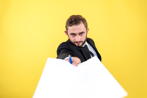 Junge büroassistentin, die darum bittet, den vertrag auf gelb zu lesen