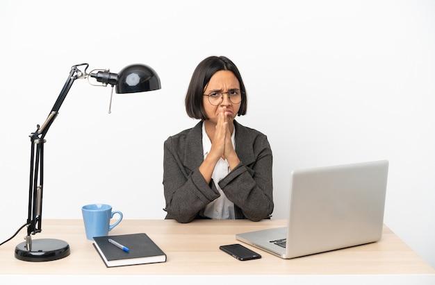 Junge business-mischlinge, die im büro arbeiten, halten die handfläche zusammen. person fragt nach etwas