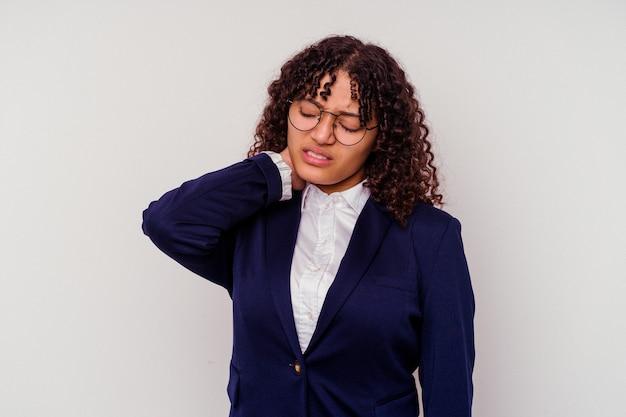 Junge business-mixed-race-frau isoliert auf weißem hintergrund leidet nackenschmerzen aufgrund einer sitzenden lebensweise