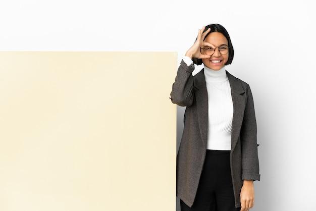 Junge business-mixed-race-frau mit einem großen banner über isoliertem hintergrund, das ein ok-zeichen mit den fingern zeigt