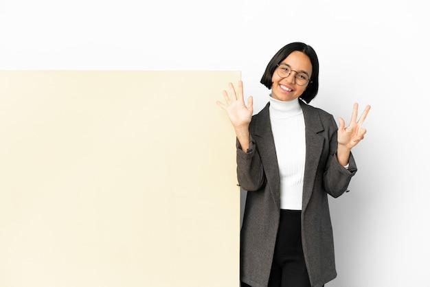 Junge business-mixed-race-frau mit einem großen banner über isoliertem hintergrund, der acht mit den fingern zählt