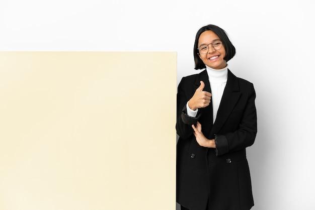 Junge business-mixed-race-frau mit einem großen banner über isoliertem hintergrund, die eine geste mit dem daumen nach oben gibt