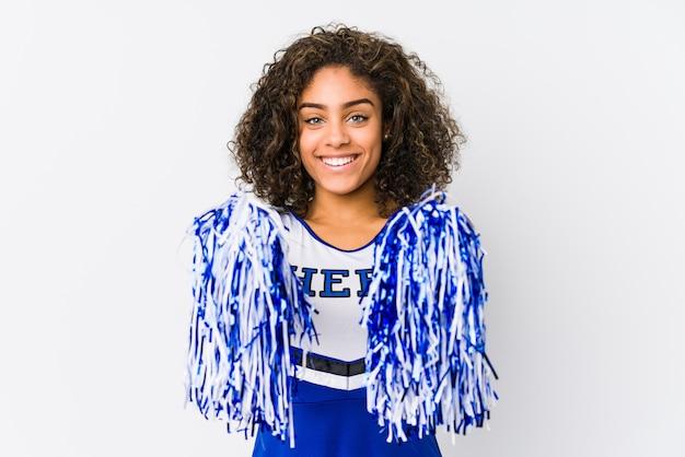Junge cheerleaderfrau lokalisiert auf weißer wand