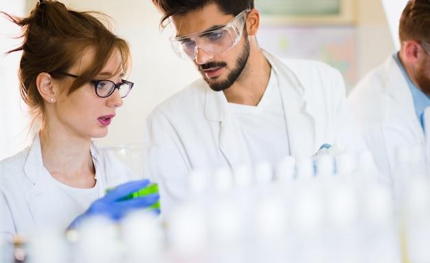 Junge chemiestudenten arbeiten gemeinsam im labor