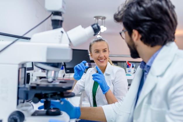 Junge chemiker, die an der wissenschaftlichen forschung in einem labor arbeiten.
