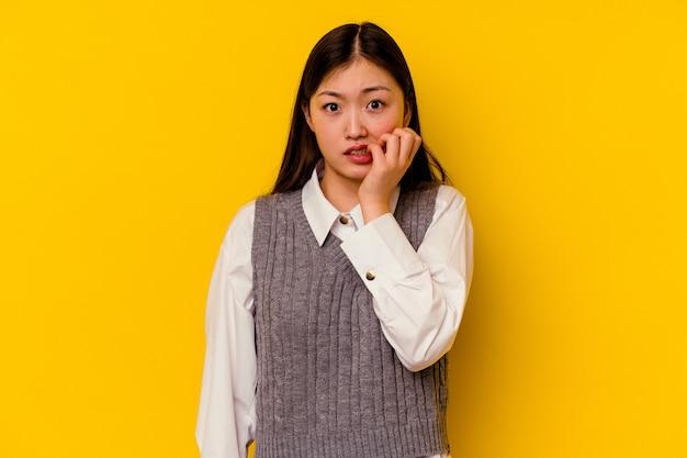 Junge chinesische frau beißt fingernägel, nervös und sehr ängstlich.