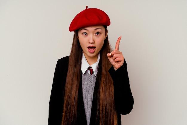 Junge chinesische frau, die eine schuluniform trägt, die eine idee, inspirationskonzept hat.