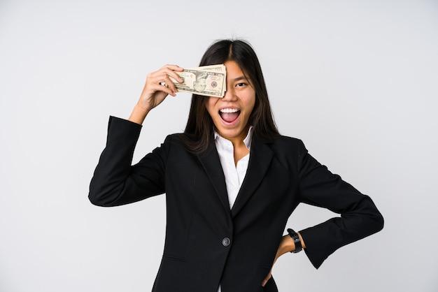 Junge chinesische geschäftsfrau, die geld isoliert hält