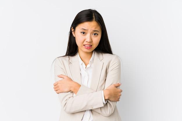 Junge chinesische geschäftsfrau trennte das gehen kalt wegen der niedrigen temperatur oder einer krankheit.