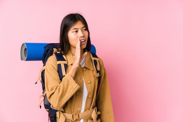Junge chinesische reisendfrau erklärt ein geheimnis