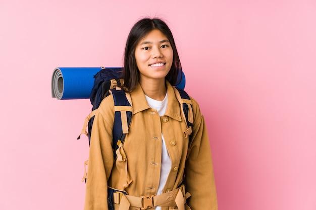 Junge chinesische reisendfrau lokalisiert glücklich, lächelnd und nett.