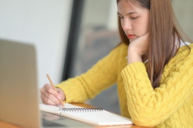 Junge college-studenten, die lektionen überprüfen, um sich auf prüfungen vorzubereiten.