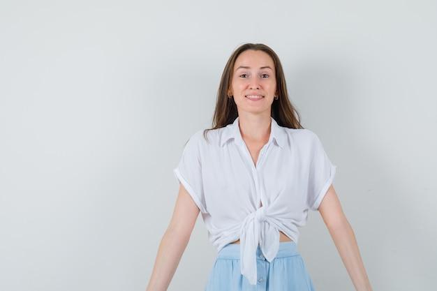 Junge dame, die vorne in bluse und rock schaut und nett aussieht
