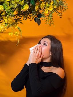 Junge dame hat eine allergie gegen blumen