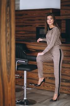Junge dame in einem schicken anzug