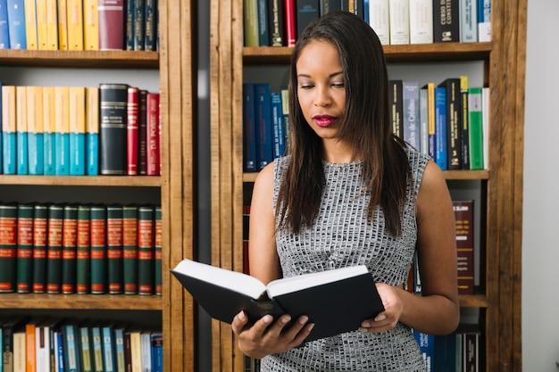 Junge dame lesebuch des afroamerikaners