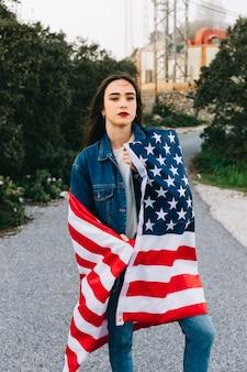 Junge dame mit amerikanischer flagge