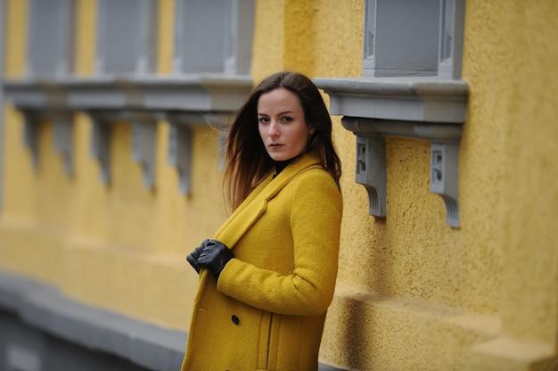 Junge dame mit gelben jackenmode-portraitaufnahmen