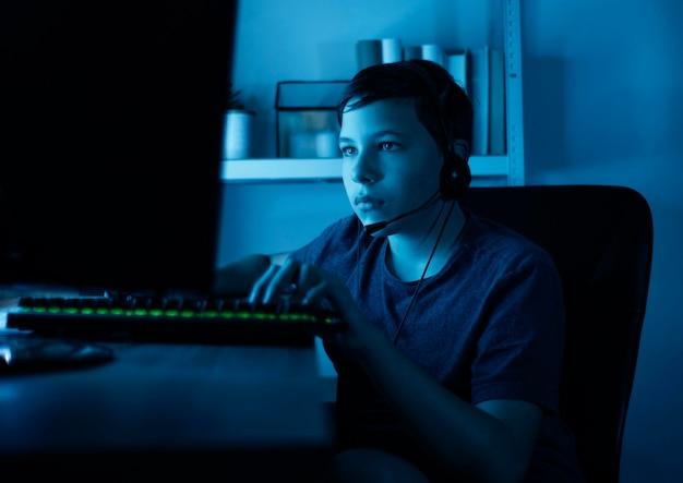 Junge, der am computer spielt