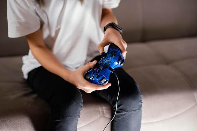 Junge, der auf joystick spielt