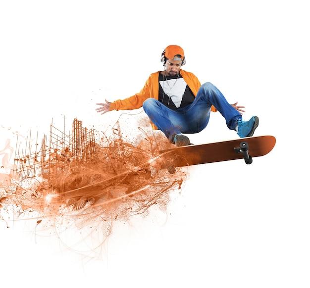 Junge, der auf skateboard skatet
