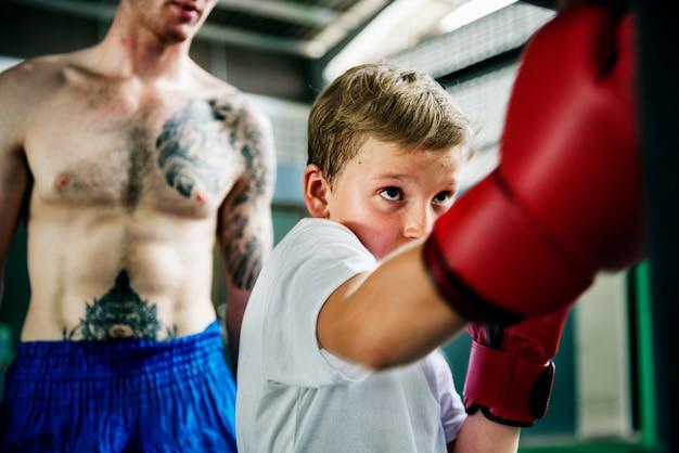 Junge, der danach strebt, ein boxer zu werden