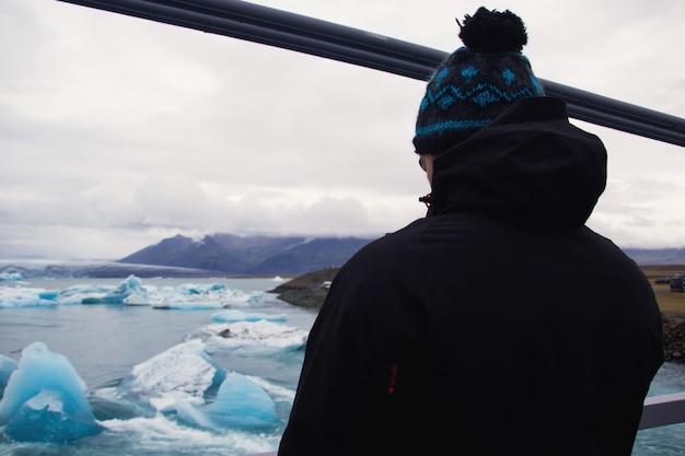 Junge, der den gletscher betrachtet