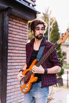 Junge, der die e-gitarre spielt