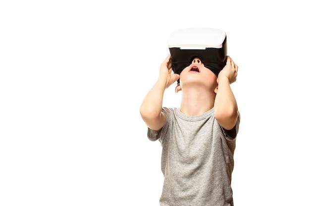 Junge, der die virtuelle realität anhebt seinen kopf erfährt