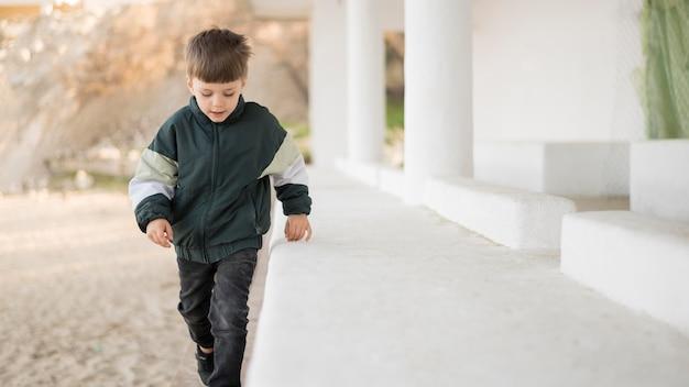 Junge, der draußen spielt