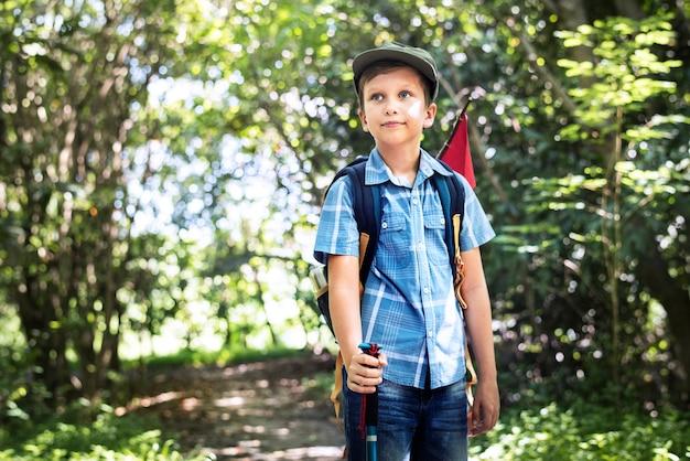 Junge, der durch einen wald wandert