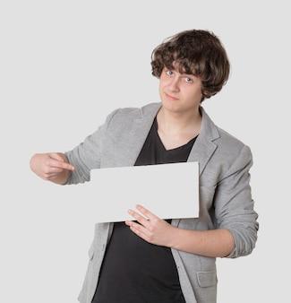 Junge, der ein leeres zeichen mit seinem finger zeigt