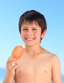 Junge, der eine eiscreme isst