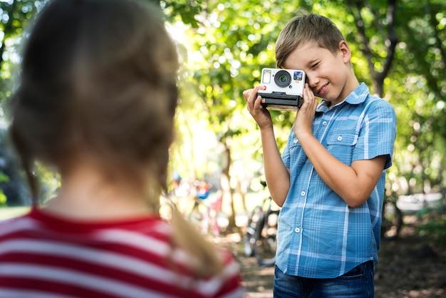 Junge, der eine weinlesekamera verwendet