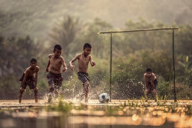 Junge, der einen fußball tritt; weg zur euro 2016 ^ __ ^