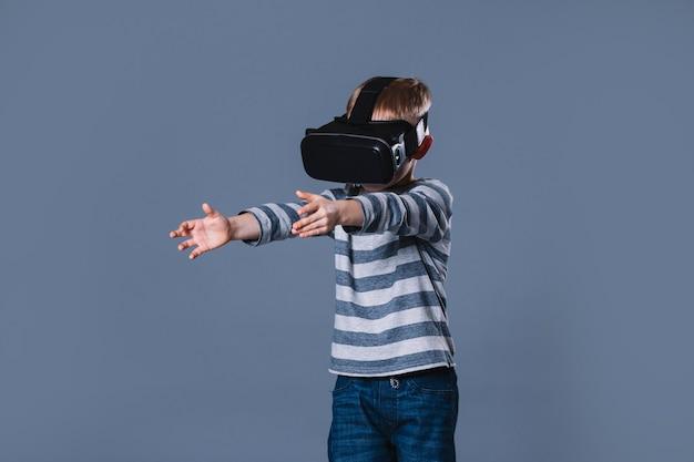 Junge, der erfahrung der virtuellen realität hat
