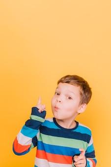 Junge, der finger anhebt