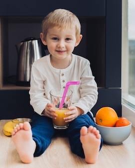 Junge, der frühstückt