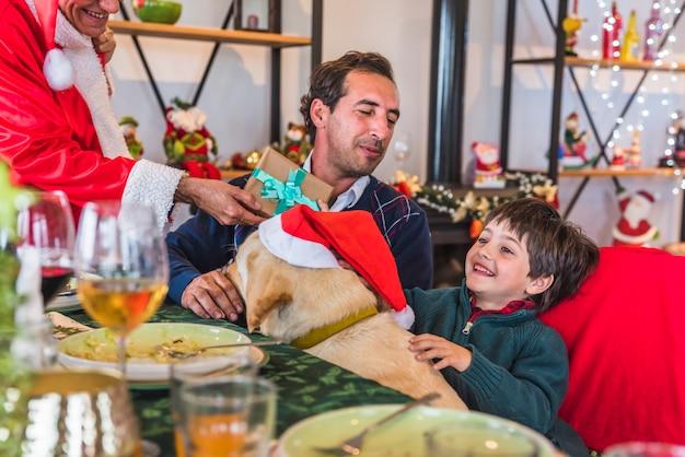 Junge, der geschenkbox von santa claus nimmt