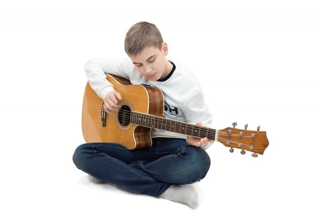 Junge, der gitarre spielt