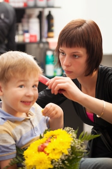 Junge, der haarschnitt von styist erhält