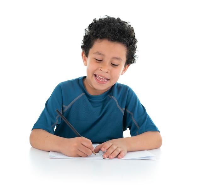 Junge, der heimarbeit studiert und tut