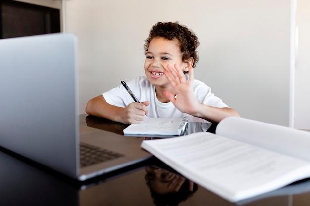 Junge, der in einem online-klassenzimmer durch einen e-learning-kurs lernt