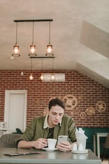 Junge, der kaffee in einem restaurant trinkt